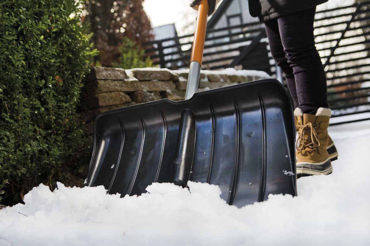 Hrablo na sníh Fiskars SnowXpert