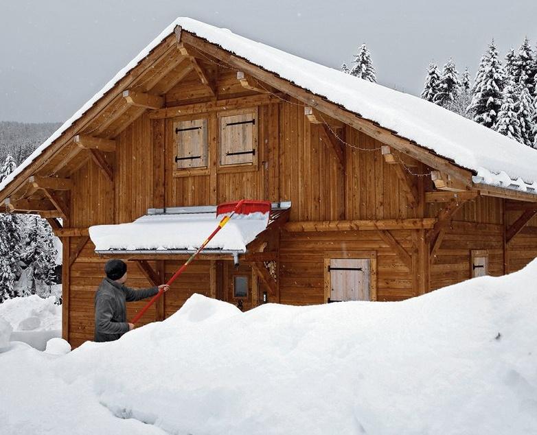 Shrnovač sněhu ze střechy s násadou