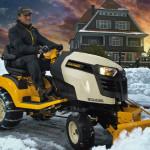 Zahradní traktor rozšířený o zimní příslušenství